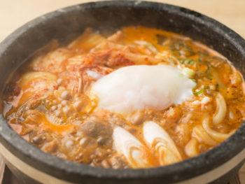 福山でファン続出! 石鍋うどんの「ぶにうどん」を味わおう。