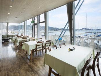 風光明媚な港を一望! 絶景カフェで贅沢なひとときを。