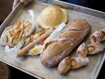 自慢のベーグルや惣菜パンがずらりと並ぶ人気店。