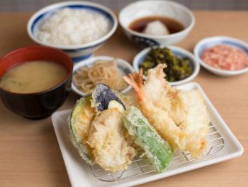コスパ抜群。目の前で揚げた天ぷらを、気軽なファミレス感覚で!