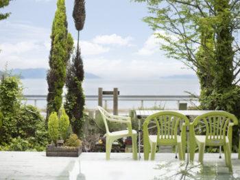 穏やかな瀬戸内海に面する、緑いっぱいのカフェ。
