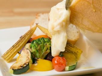 旬野菜に巨大チーズをたっぷりかけて…「ボーノ!」な驚きを。