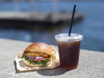 心地よい潮風を浴びながら、絶品ハンバーガーとこだわりコーヒーを。