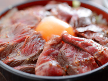 《大山宝牛ステーキ丼》開山1300年祭で盛り上がる大山で、極上のステーキ丼を味わおう。