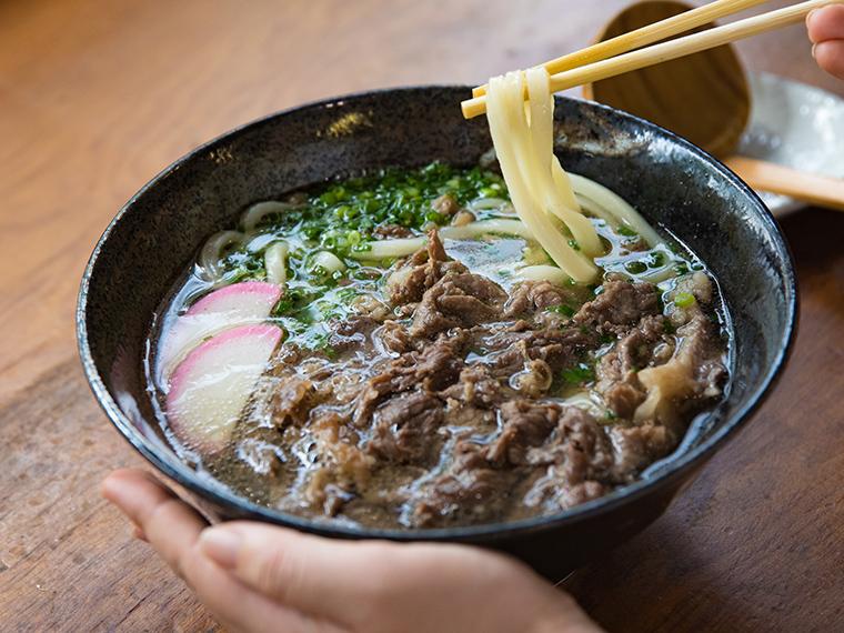 《倉敷市/大起うどん》牛肉で麺が隠れるほど豪快な「肉うどん」! 手ごね、手打ち、手切りの麺も魅力。