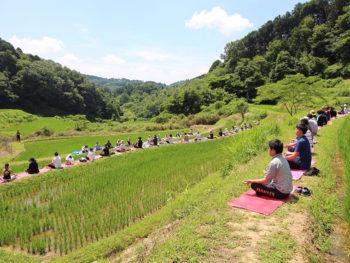 《TANADA YOGA》復元された棚田のあぜ道でヨガ体験! 棚田で収穫した新米を試食しよう。