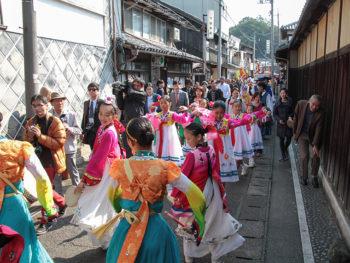 「朝鮮通信使」をテーマにした行列イベントや、K-POPコンサート、文化交流ステージなどのお祭りイベント。