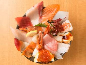 《岡山市/魚しん》名物海鮮丼を堪能。豊富なネタを良心価格で!