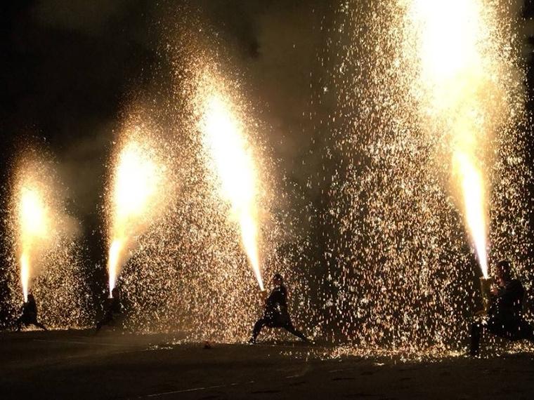 《倉敷るんるんフェスタ》約1mの竹筒に火薬を詰め、人が抱えながら行われる迫力満点の手筒花火。