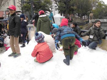 《雪のホコテン!》今年は雪が倍増。野殿橋が雪遊びゾーンに! 寒い冬を楽しもう!