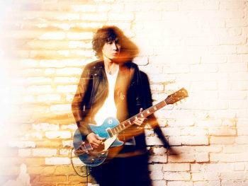 《斉藤和義》デビューから26年。原点回帰とも言える弾き語りツアーで「ライブアーティスト」の本領発揮なるか?