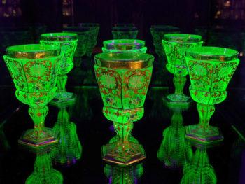 《妖精の森ガラス美術館》世界的にも珍しいウランガラス美術館で、蛍光色に輝くウランガラスを見よう。