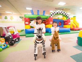 《岡山市/ニコニコ・ガーデン 高屋店》昨年7月に誕生。雨を気にせずのびのび遊べる屋内アスレチック空間。