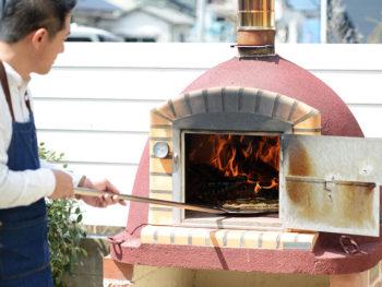 《岡田植物園》自庭を彩る、お洒落な薪窯。屋外でのホームパーティに大活躍!