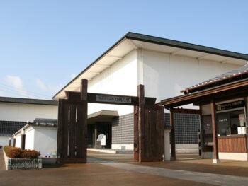 《備前刀×美濃刀》「東の美濃、西の備前」。全国屈指の日本刀の産地である関と長船の名刀約40口を展示する特別展。