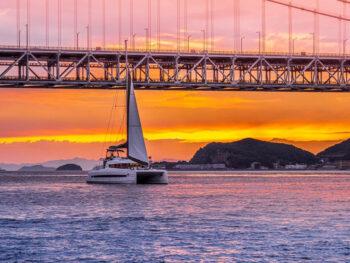 《貸切ヨットクルーズ》「日常を離れ、穏やかな海、風と一体となる」。8月の3日間は船上花火鑑賞も。