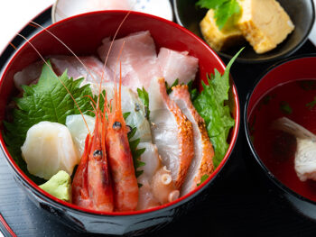 《津山市/保田鮮魚店》今、食べてほしい魚をたっぷりと。鮮魚店の思いがこもった一杯。