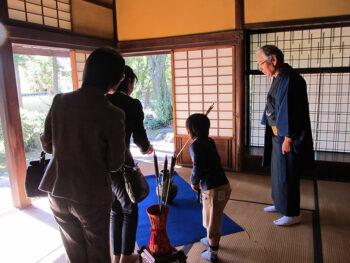 《紅葉と和文化を楽しむ会》「犬養木堂記念館」で開催。「投壺」や「投扇興」、「お煎茶席 」もあり。