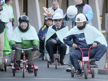 《三輪選手権》3人1チームで三輪車をただただひたすらにこぎ続ける! 過酷な耐久レース開幕.