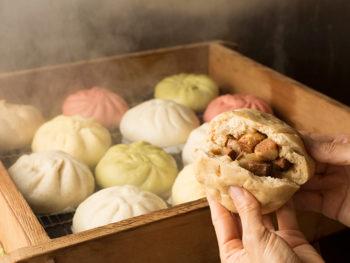 《玉野市/八十八家本店》厳選した食材で丁寧に作りあげた色とりどりの豚まんを手にとって。