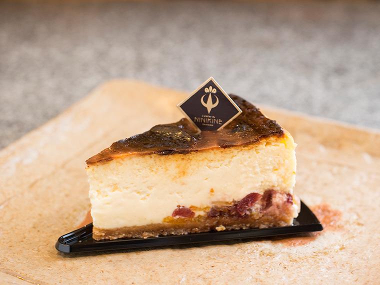 《岡山市中区/NINIKINE》本格フランス菓子を提供する人気パティスリーで、濃厚バスクチーズケーキを味わって。