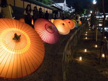 【倉敷春宵あかり】和傘あかりや切子あかりなど和の灯りが倉敷川に映し出され、幻想的な空間に。