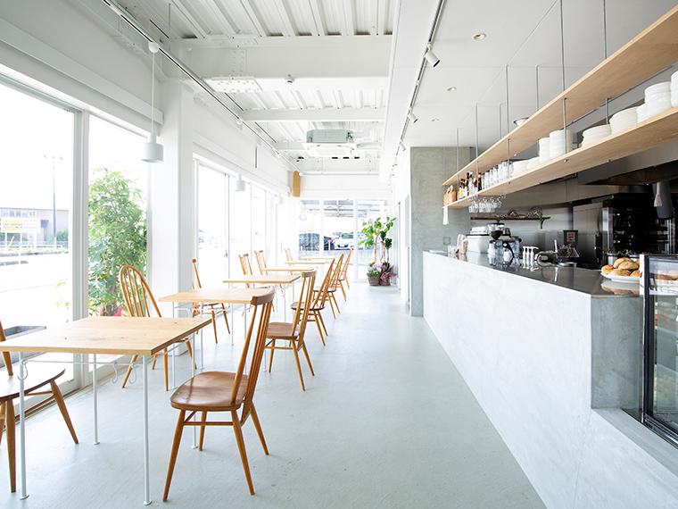 《岡山市/日々のカフェ》'21年4月OPEN! スタイリッシュな白い外観が目印の開放的な郊外カフェ。心地よい時間を過ごしに訪れて。