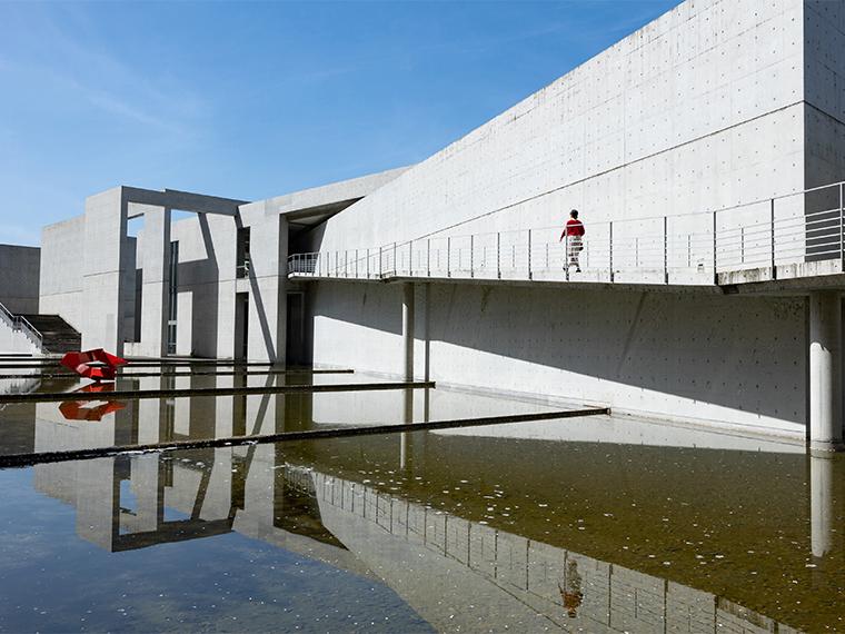 《高梁市/高梁市成羽美術館》自然と調和した環境でアートにふれる、安藤忠雄氏設計の美術館。