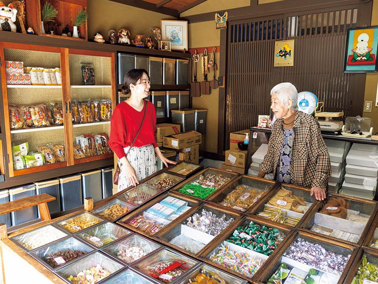 《高梁市/植田菓子店》昔懐かしの昭和レトロにひたる、世代を超えた愛され駄菓子店。